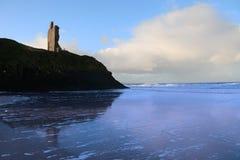Castillo y mar azules de la playa del ballybunion Foto de archivo