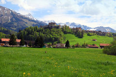 Castillo y montañas, Suiza del gruyere Fotos de archivo