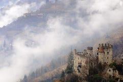 Castillo y niebla Imagenes de archivo