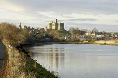 Castillo y río Aln de Warkworth fotos de archivo libres de regalías