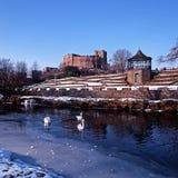 Castillo y río de Tamworth durante invierno fotos de archivo libres de regalías