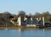 Castillo y río ingleses Imagen de archivo libre de regalías