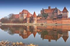 Castillo y reflexión de Malbork en el río Nogat, Polonia imágenes de archivo libres de regalías