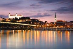 Castillo y río Danubio de Bratislava Imagen de archivo libre de regalías
