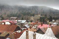 Castillo y tejados de Cantacuzino en Busteni en un día nublado Foto de archivo