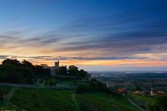 Castillo y viñedos en el tiempo de la salida del sol, Beaujolais, Francia de Montmelas Foto de archivo
