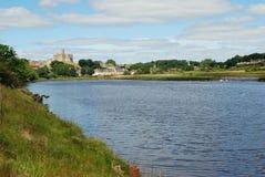Castillo y Wark de Warkworth en el río Aln foto de archivo libre de regalías