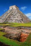 castilloen chichen den kukulcan mayan pyramiden för el-itzaen Arkivfoton