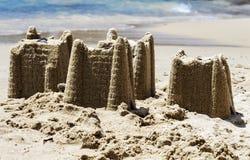 Castillos de arena en la playa, concepto de las vacaciones, entonado fotos de archivo libres de regalías