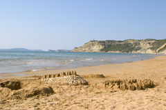 Castillos de arena en la playa en Arilas Corfú, Grecia imagen de archivo