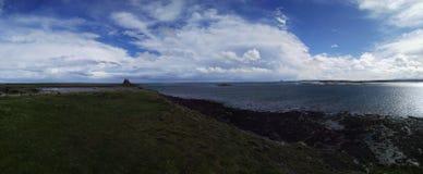 Castillos de Northumberland del panorama en lejos Foto de archivo