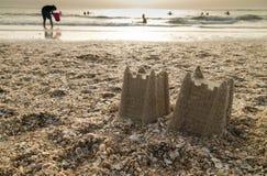 Castillos en la arena imagen de archivo