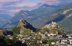Castillos Valerio y Tourbillon, Sion, Suiza en la luz de la tarde fotos de archivo libres de regalías