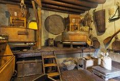 CASTIONE, БЕРГАМО - 17-ое августа 2018: Внутренняя старая водяная мельница с много объектами и исторических инструментов стоковое изображение