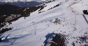 Castione della Presolana, Włochy Trutnia widok z lotu ptaka ludzie na narciarskich skłonach i dźwignięcie przy Monte Pora ośrodki zdjęcie wideo