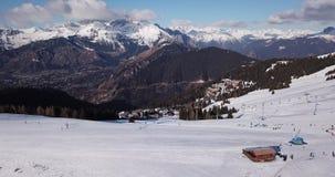 Castione della Presolana, Włochy Trutnia widok z lotu ptaka ludzie na narciarskich skłonach i dźwignięcie przy Monte Pora ośrodki zbiory