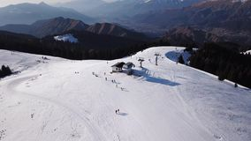 Castione della Presolana, Włochy Trutnia widok z lotu ptaka ludzie na narciarskich skłonach i dźwignięcie przy Monte Pora ośrodki zbiory wideo