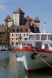 Castle και βάρκα κρουαζιέρας στο Annecy Στοκ εικόνες με δικαίωμα ελεύθερης χρήσης