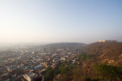 Castle και πόλη στους λόφους στοκ φωτογραφία με δικαίωμα ελεύθερης χρήσης