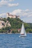 Castle πέρα από τη λίμνη Maggiore Στοκ φωτογραφία με δικαίωμα ελεύθερης χρήσης