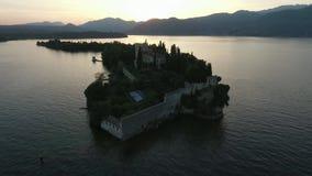 Castle Πανόραμα της πανέμορφης λίμνης Garda που περιβάλλεται από τα βουνά, Ιταλία Τηλεοπτικός πυροβολισμός με τον κηφήνα απόθεμα βίντεο