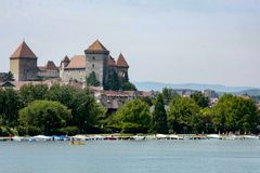 Castle στην ακτή της λίμνης του Annecy στη Γαλλία Στοκ φωτογραφία με δικαίωμα ελεύθερης χρήσης