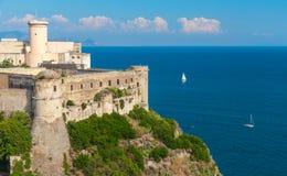 Castle στην ακτή Gaeta, Ιταλία Μεσογείων Στοκ φωτογραφία με δικαίωμα ελεύθερης χρήσης