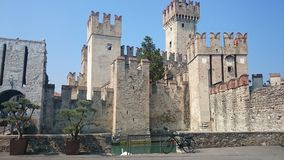 Castle στη λίμνη Garda Ιταλία Sirmione Στοκ εικόνα με δικαίωμα ελεύθερης χρήσης