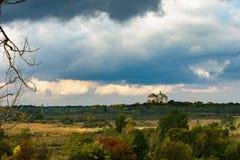 Castle στον ουρανό με τα σύννεφα και τους τομείς με τους κίτρινους και κόκκινους θάμνους Στοκ φωτογραφίες με δικαίωμα ελεύθερης χρήσης