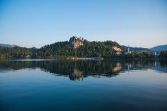 Castle στο λόφο επάνω από μια όμορφη φυσική λίμνη Στοκ Φωτογραφία