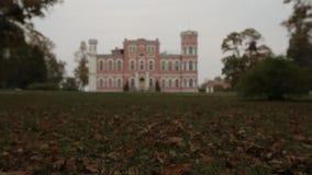 Castle στο υπόβαθρο των φύλλων φθινοπώρου στη Λετονία φιλμ μικρού μήκους