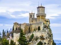 Castle του Άγιου Μαρίνου στο λόφο στοκ εικόνες