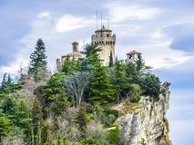 Castle του Άγιου Μαρίνου στο λόφο στοκ εικόνα