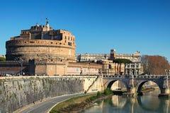 Castle του ιερού αγγέλου Castel Sant Angelo και της ιερής γέφυρας αγγέλου πέρα από τον ποταμό Tiber στη Ρώμη στην ηλιόλουστη χειμ Στοκ Εικόνες