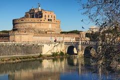 Castle του ιερού αγγέλου Castel Sant Angelo και της ιερής γέφυρας αγγέλου πέρα από τον ποταμό Tiber στη Ρώμη στην ηλιόλουστη χειμ Στοκ Φωτογραφίες