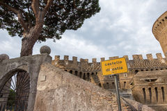 Castle του Giulio ΙΙ σε Ostia Antica Ρώμη και εκκλησία Στοκ εικόνα με δικαίωμα ελεύθερης χρήσης