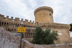 Castle του Giulio ΙΙ σε Ostia Antica Ρώμη και εκκλησία Στοκ φωτογραφία με δικαίωμα ελεύθερης χρήσης