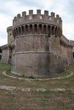 Castle του Giulio ΙΙ σε Ostia Antica Ρώμη και εκκλησία Στοκ Φωτογραφία