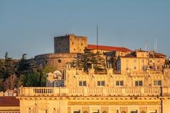 Castle Castello di San Giusto in Triest auf Frühlingssonnenuntergang lizenzfreie stockfotos