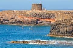 Castle Castillo de las Coloradas στον απότομο βράχο στο BLANCA Playa, Lanzarote, Κανάρια νησιά, Ισπανία Στοκ φωτογραφίες με δικαίωμα ελεύθερης χρήσης