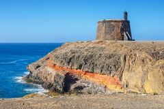 Castle Castillo de las Coloradas στον απότομο βράχο στο BLANCA Playa, Lanzarote Στοκ Εικόνες