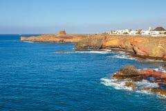 Castle Castillo de las Coloradas στον απότομο βράχο στο BLANCA Playa, Lanzarote Στοκ Φωτογραφίες