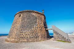 Castle Castillo de las Coloradas στον απότομο βράχο στο BLANCA Playa, Lanzarote Στοκ φωτογραφία με δικαίωμα ελεύθερης χρήσης
