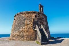 Castle Castillo de las Coloradas στον απότομο βράχο στο BLANCA Playa, Lanzarote Στοκ Φωτογραφία