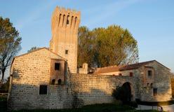 Castle di San Martino nahe dem Bacchiglione belichtet durch die untergehende Sonne in der Provinz von Padua in Venetien (Italien) Lizenzfreies Stockfoto