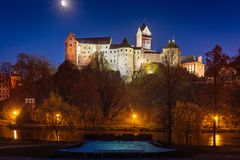 Castle Loket το χειμώνα, τη μακροχρόνια έκθεση νύχτας με τον όμορφο μπλε ουρανό και τα κίτρινα φω'τα πόλεων Χριστουγέννων οδών με στοκ εικόνες με δικαίωμα ελεύθερης χρήσης