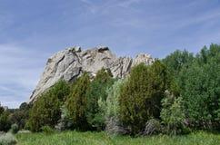 Castle rock au-dessus des arbres images stock