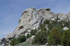 Castle rock au-dessus des arbres photos stock