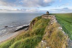 与Castle Rock (Mussenden寺庙)的海岸线 库存图片
