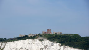 Castle on top of white cliffs of Dover Royalty Free Stock Photos